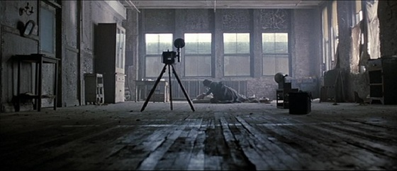 Harlen Maguire (actor Jude Law) posing a dead body for his camera in Road to Perdition