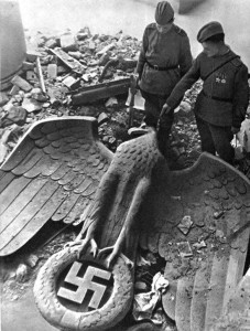 soviet-soldiers-german-eagle